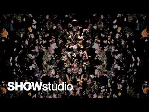 Björk rend hommage à Alexander McQueen en musique